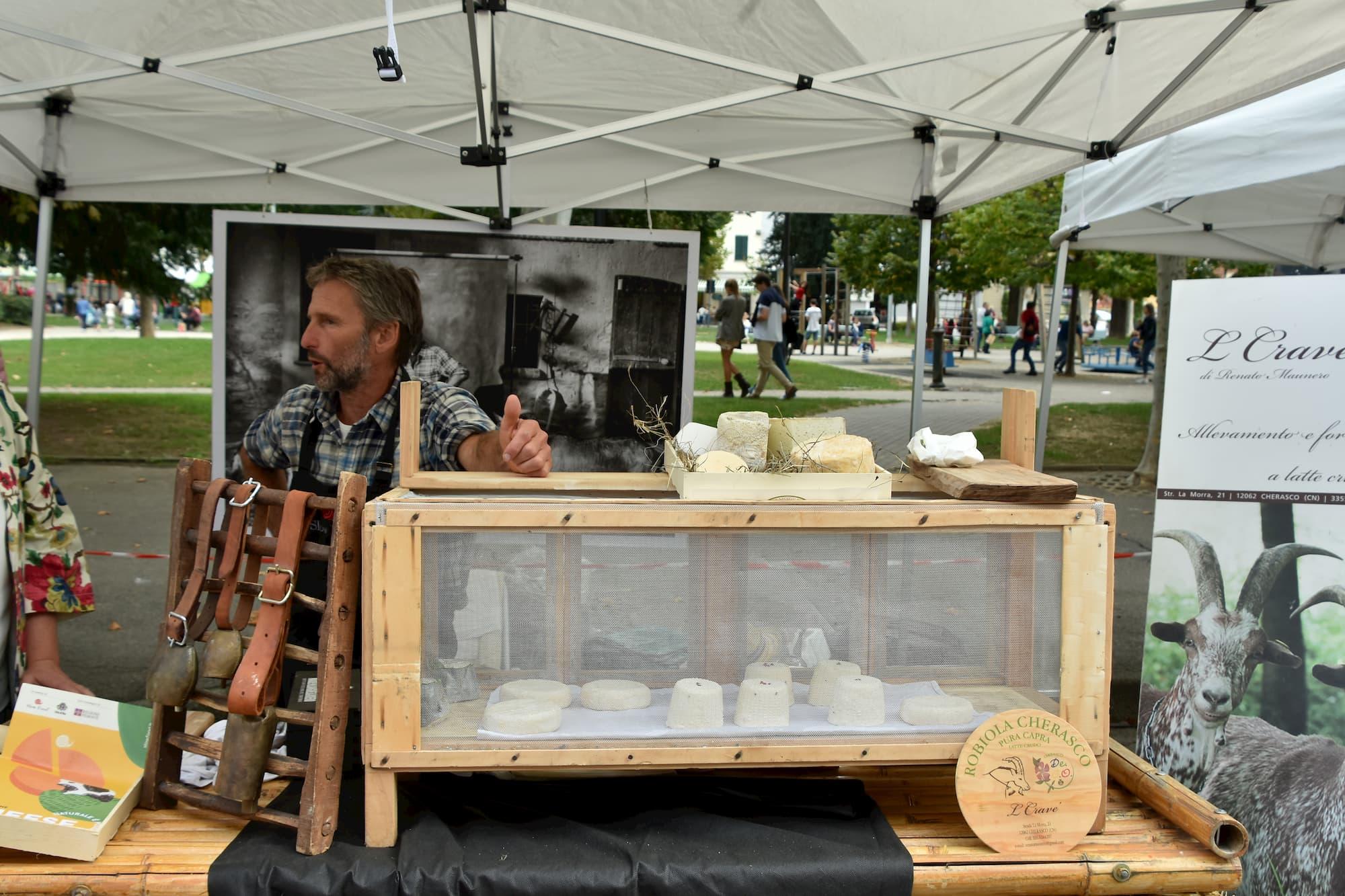 ピエモンテ州ブラでのチーズ祭で、チーズづくりが文化やイタリアの風景の一部であることをアピールしていた酪農家。