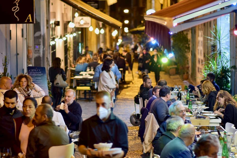 コロナ下はオープンエアーのテーブルで埋めつくされる路地空間(ナポリ)