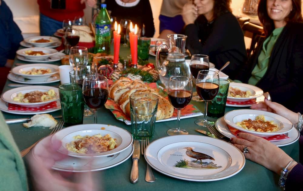 家主のコーディネート力が試される知らない人同士が招待される夕食会。人数が多いと、ケータリングや出張シェフを呼んで開催。