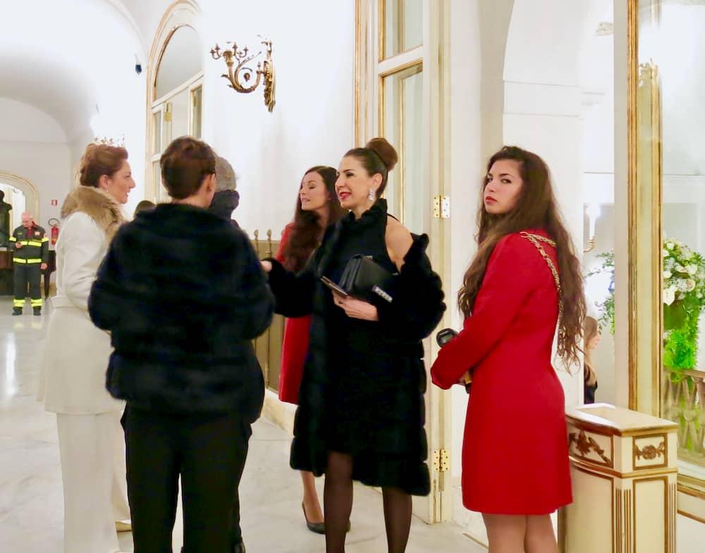 エレガントな装いでナポリのサンカルロ劇場で演劇鑑賞するご婦人たち