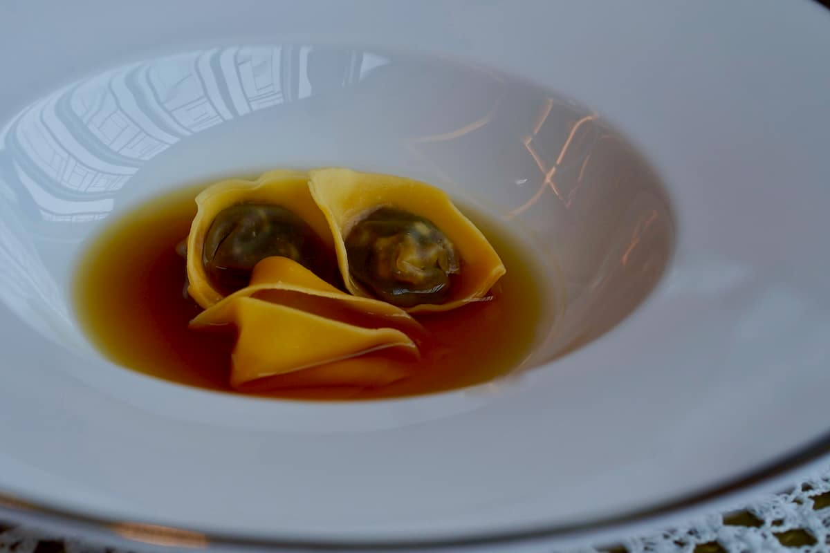 「猪のトルテッリ イン ブロード」。透明感のあるコンソメスープはアニスの風味が効いていて、どこかエキゾチックな印象も