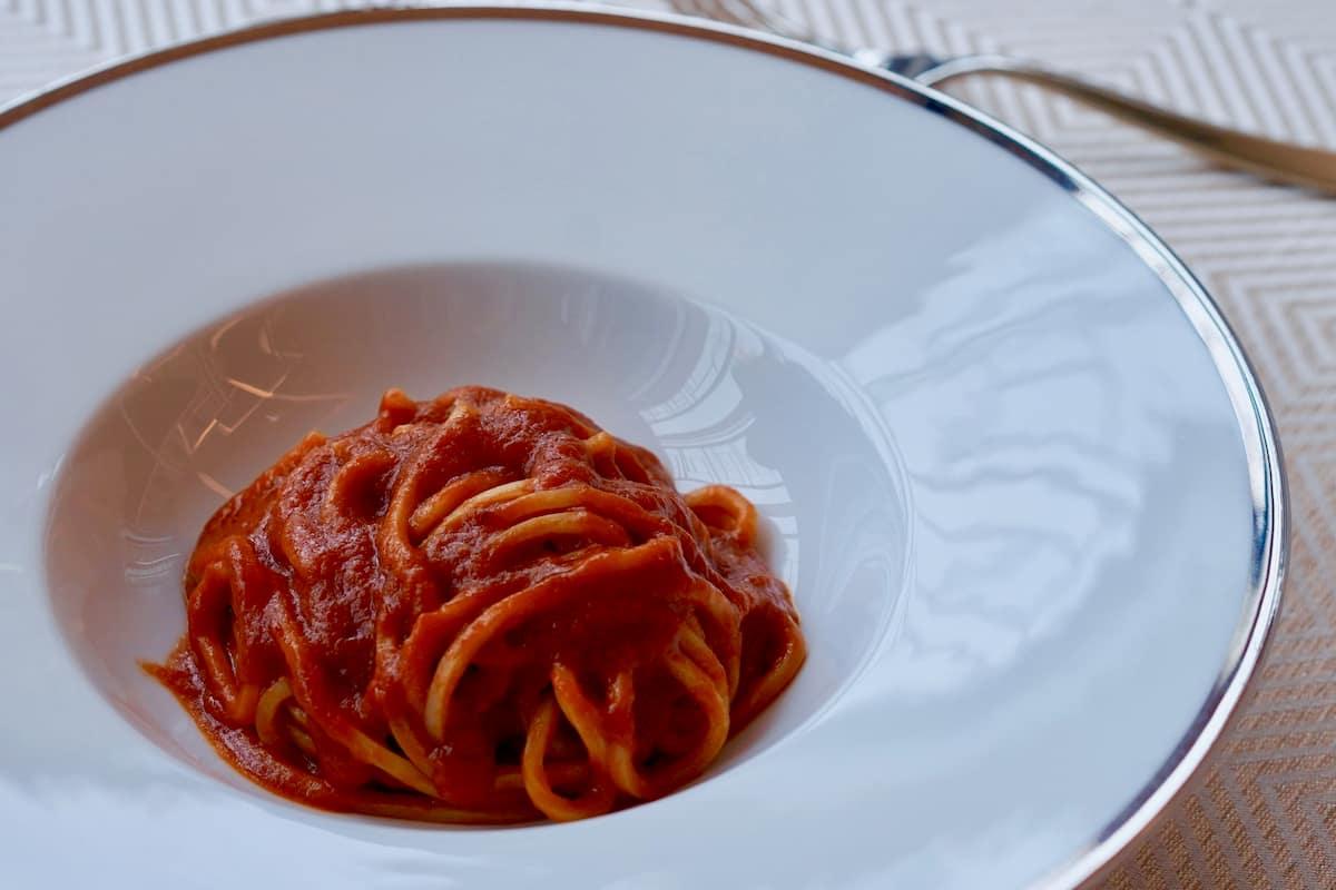 お取り寄せの「サローネ伝統の究極のトマトソースパスタ」の完成見本。「ソースがふつふつするくらい温まったら麺を絡めてください。煮立たせないのがコツですね」と永島さん