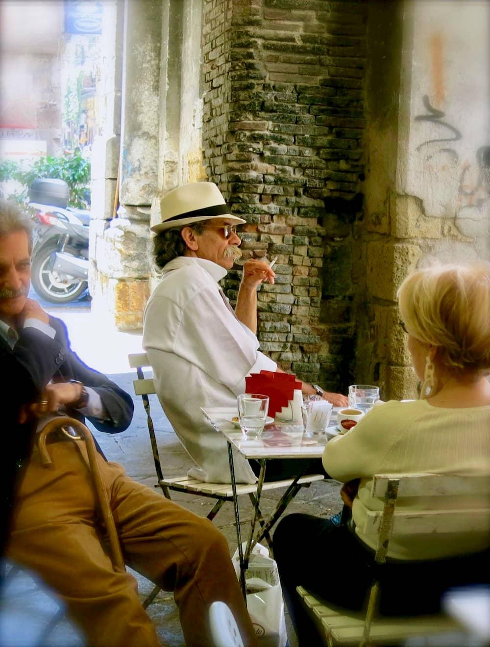 夕暮れ時、いつも同じカフェに座る雰囲気のある男性(ナポリ)