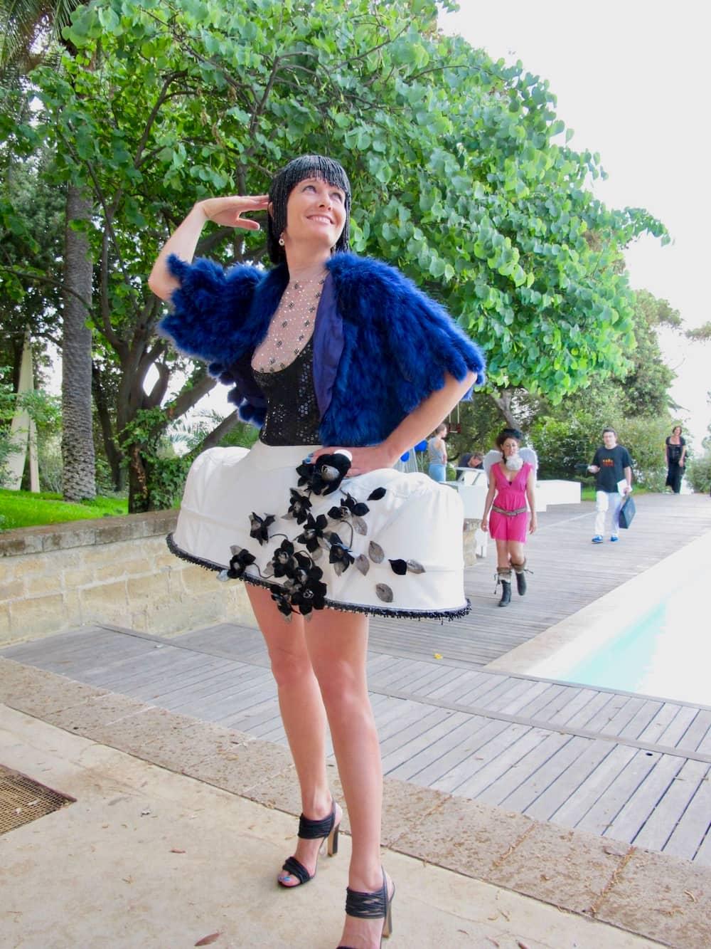 個性的な装いでプールサイドパーティに参加する女性(ナポリ)