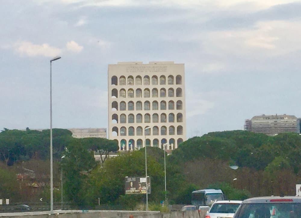 アダルベルト・リベラ設計によるEUR会議場(ローマ)