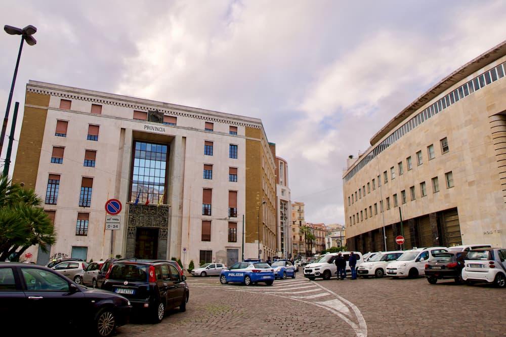 ナポリ中央郵便局(右) とナポリ州政府舎(左)
