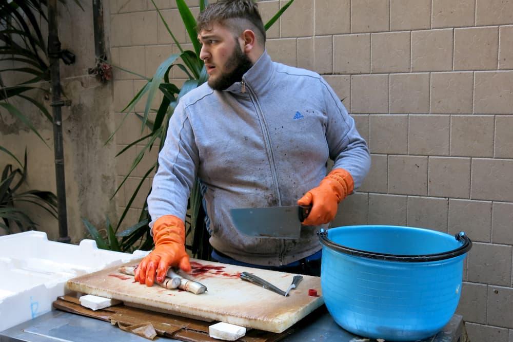 生きたウナギを切ってくれる魚屋はスペクタクル