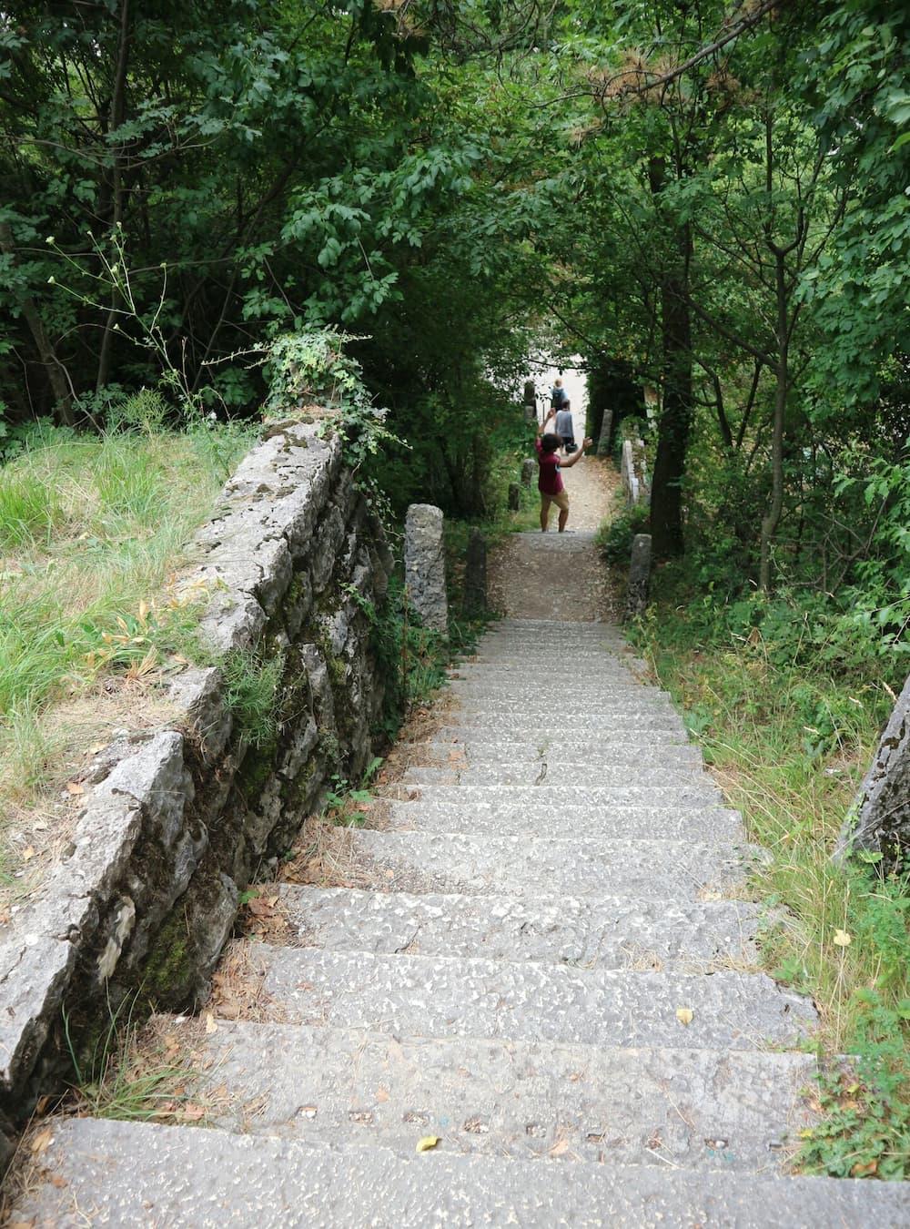 駐車場から教会へはこんな細くて急な階段や急な下り坂が続く