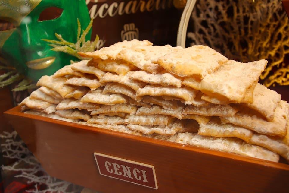 トスカーナ地方では、イタリア語でボロきれを意味する「チェンチcenci」と呼ばれます。
