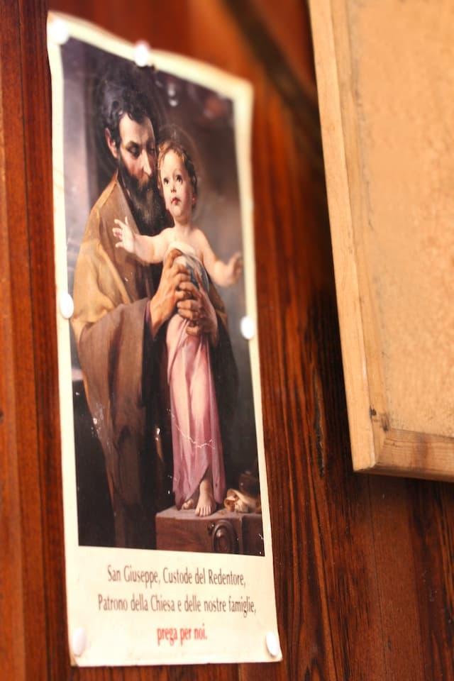 屋台に貼られた聖ヨセフの絵。今も彼は大工の守護聖人として崇められています。