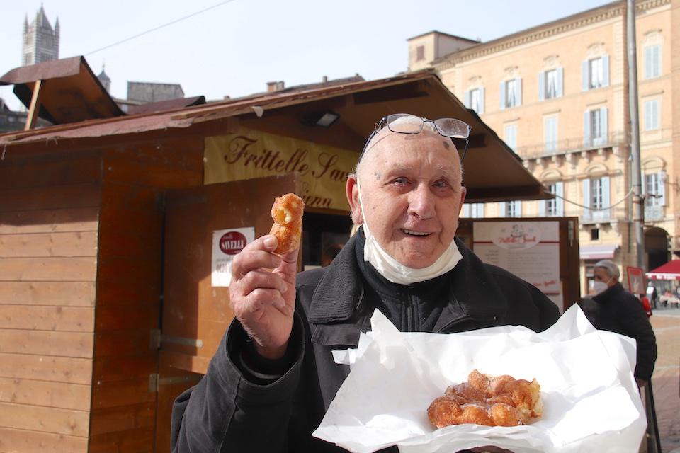 「フリッテッレは春が遠くないことを感じさせてくれる味なのです」と、常連客のマルコさん。