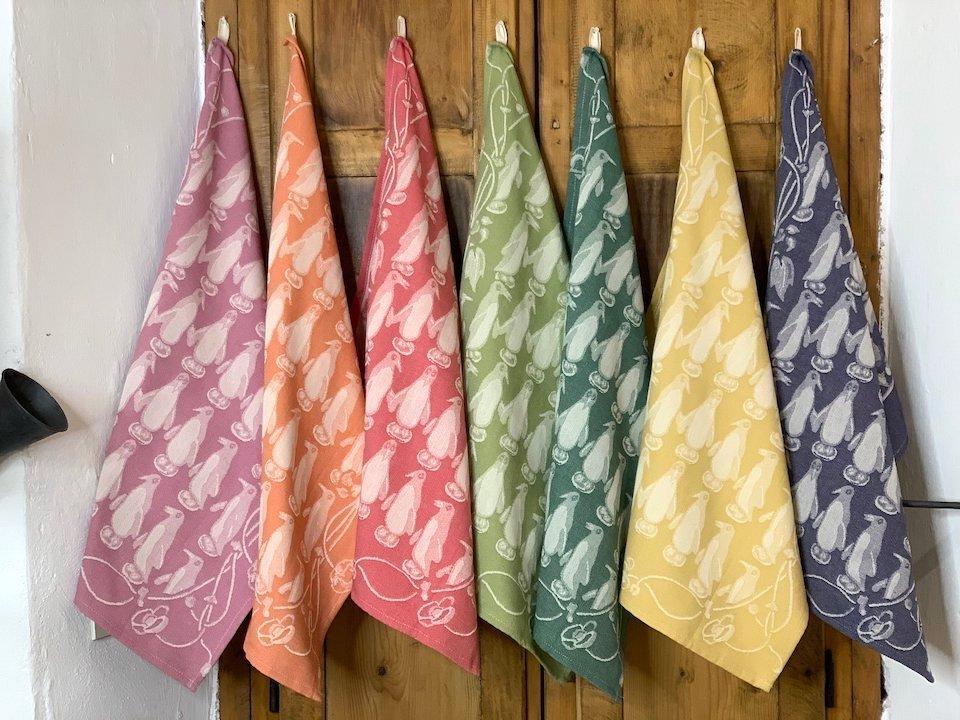 掛けておくだけでキッチンを明るくしてくれる布巾はコットン100%。上質かつ丈夫で、何年も使える耐久性があります。