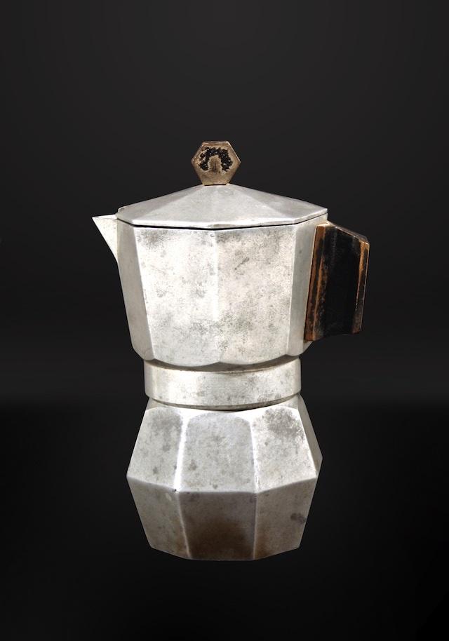創業者アルフォンソ・ビアレッティが1933年に発明した初代『モカ・エクスプレス』。MOKAの名は、コーヒー豆の生産地として有名なイエメンの都市モカにちなんだといわれます。