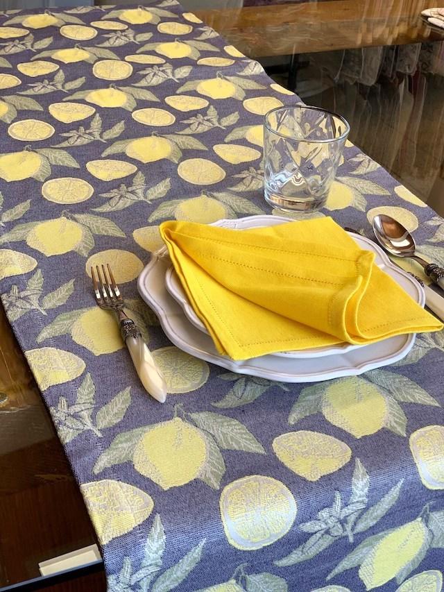 ブザッティのリネンは、自然や植物をモチーフにしたデザインも多数。こちらはレモンリキュール『リモンチェッロ』の名を冠したブリッジランナー。