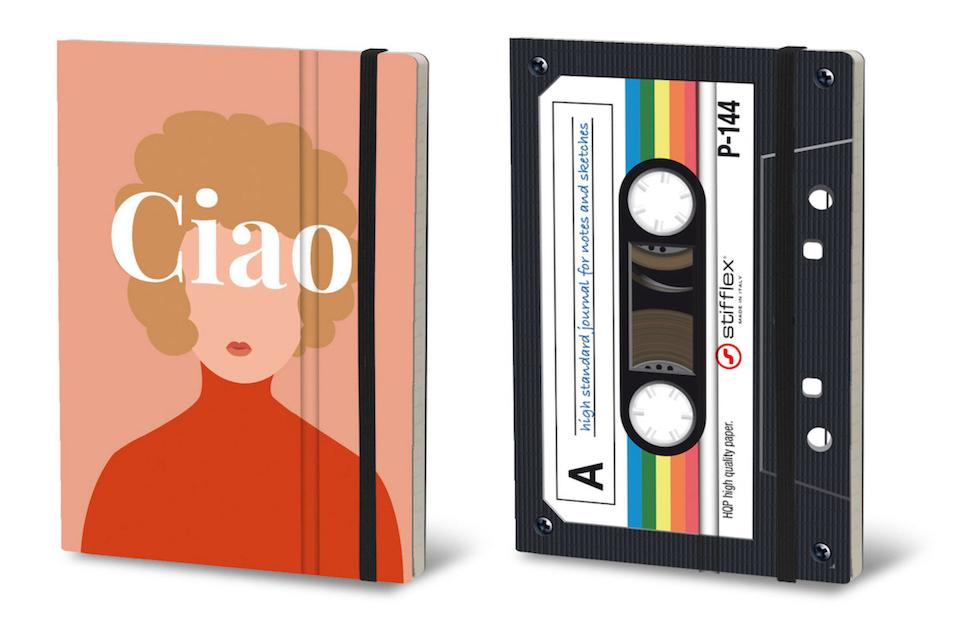 女性を模した手帳とカセットテープを模した手帳