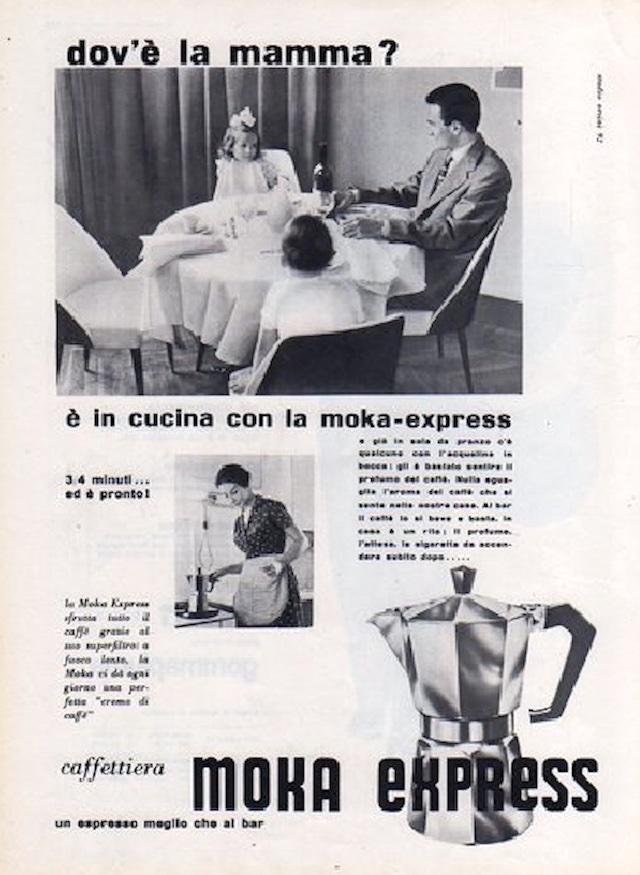 往年の雑誌広告から。「マンマはどこ? キッチンでモカ・エクスプレスと一緒だよ」と書かれています。