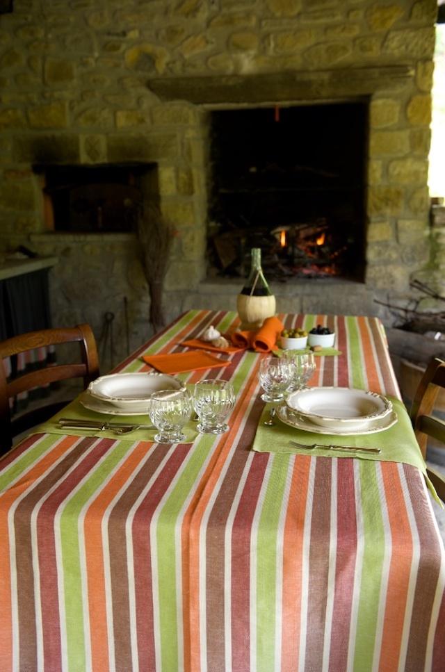 トスカーナ地方の素朴で暖かい食卓をイメージさせるテーブルコーディネイト。