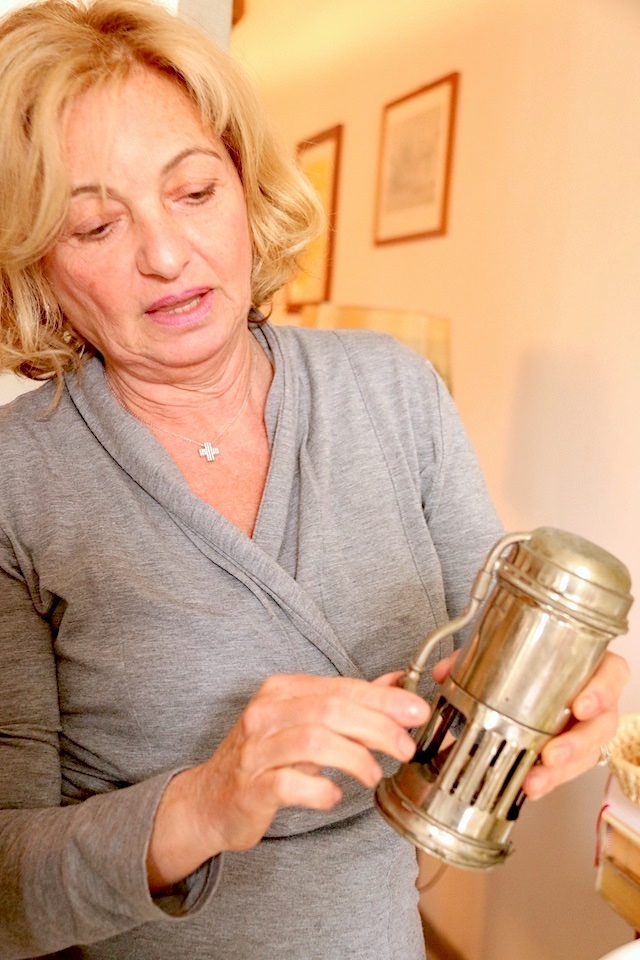 直火式エスプレッソ・メーカーをコレクションするモニカさん。「代々家に受け継がれたものをその日の気分によって使い分けています」