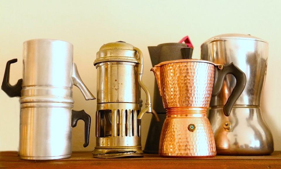 モニカさんのコレクションの一部。一番左はナポリ式とよばれるドリップ式コーヒー・メーカーです。
