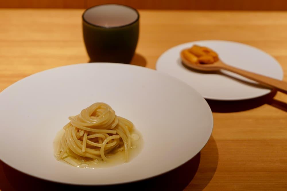 生うにとスープが添えられ、さまざまな味の変化を楽しめます