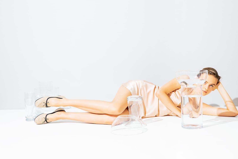 スペルタのバレエシューズを履いているモデル
