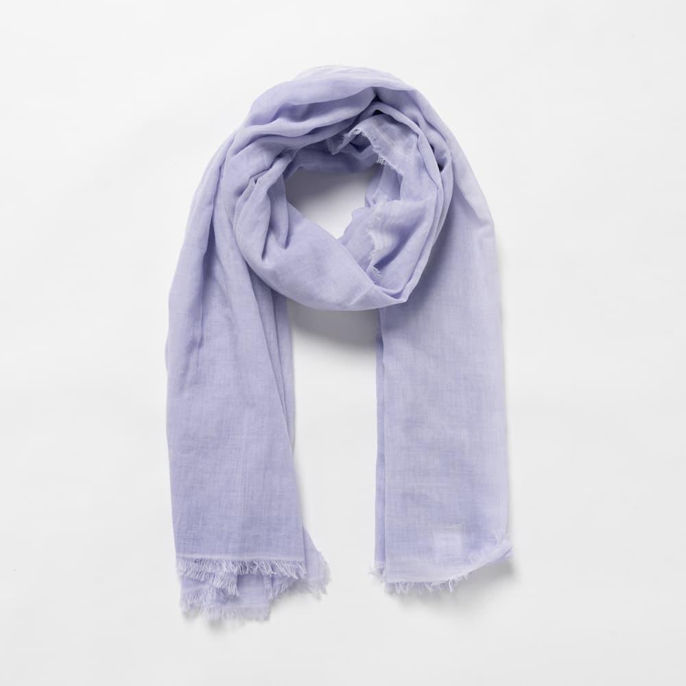 薄い紫のストールの巻き姿