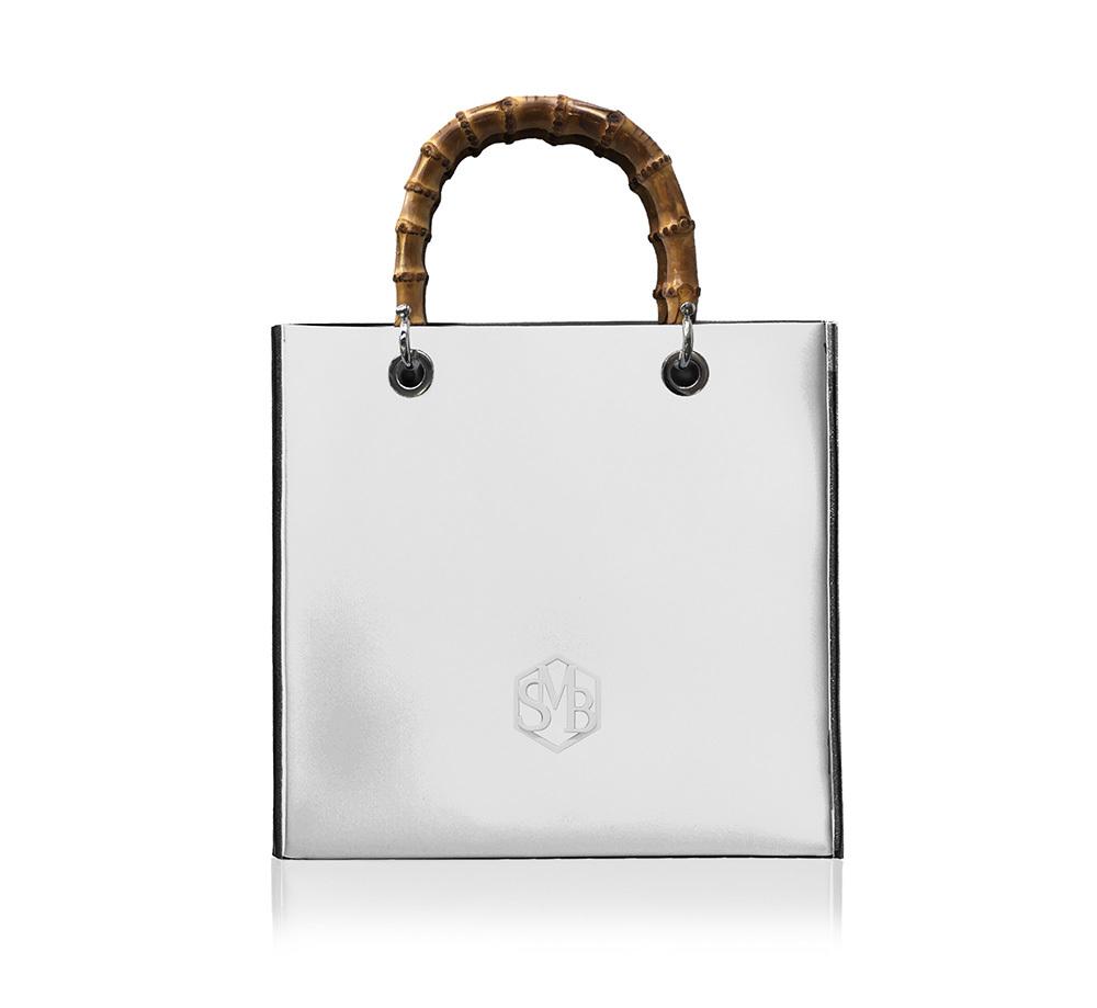 竹ハンドルの白いトートバッグ