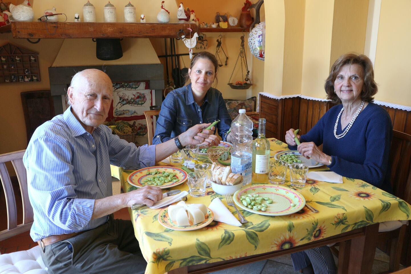 バッチェッリを食べているパトリツィアさん、フランチェスコさんと二人の娘