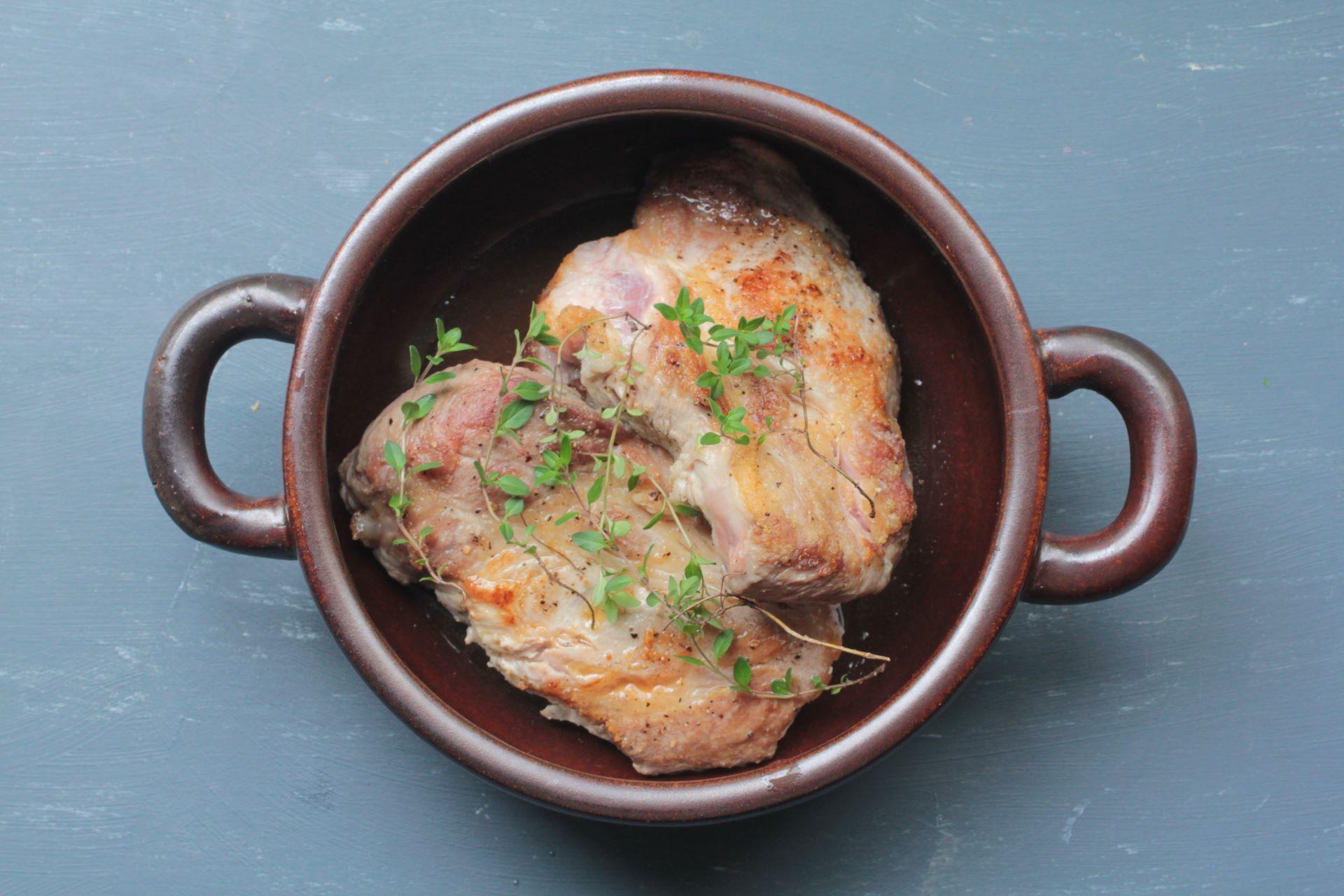 鍋の中にタイムを加えた肉
