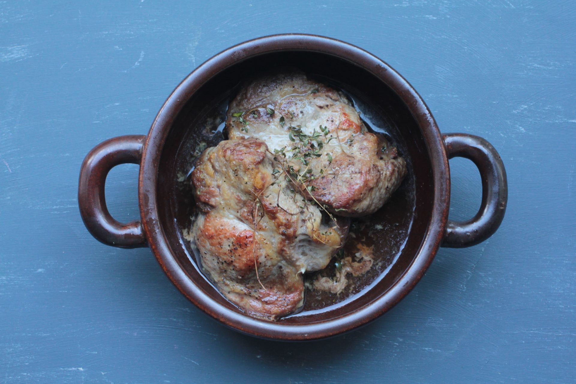 ハーブとワインに焼いた肉