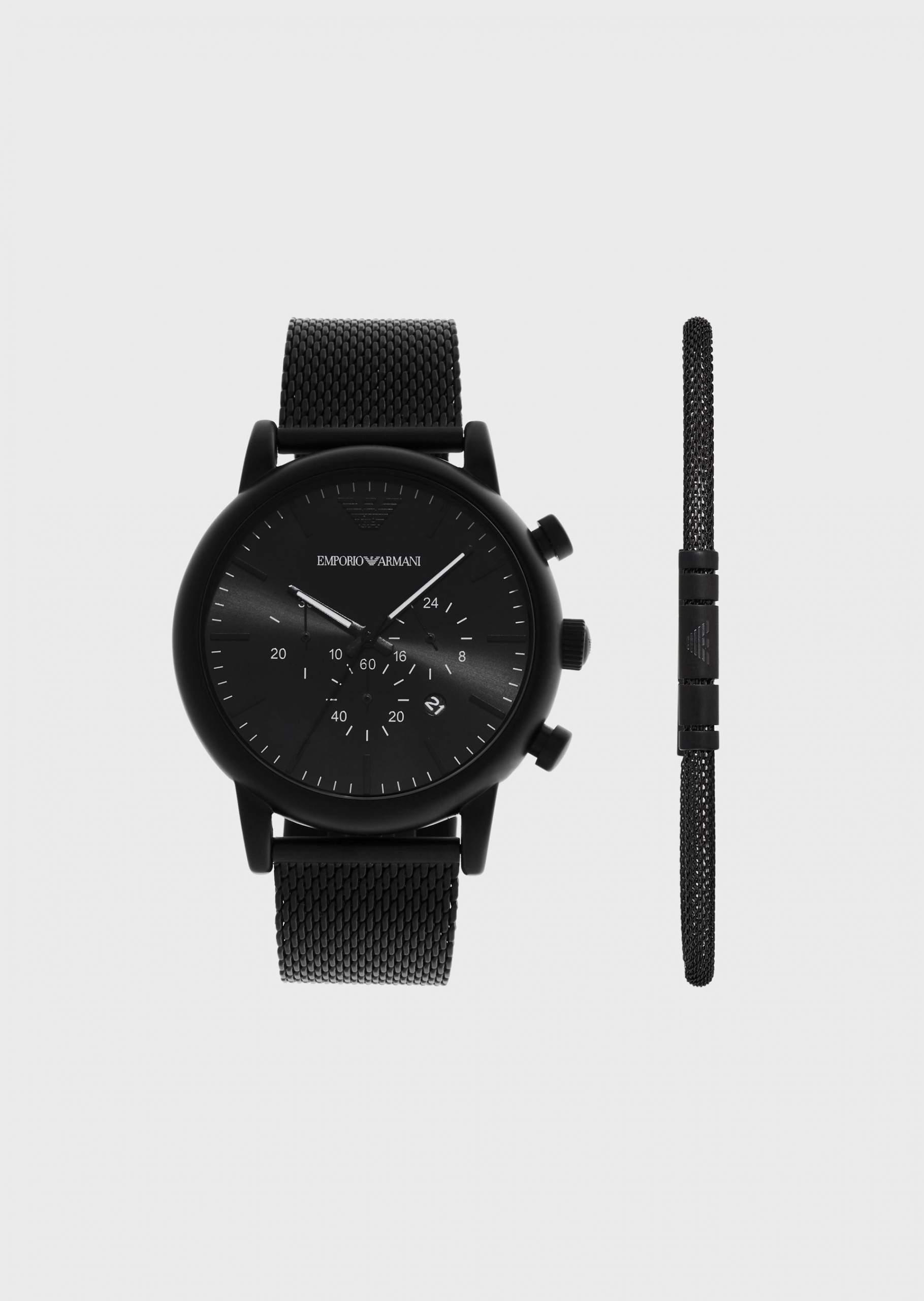 黒い腕時計と黒いブレスレット