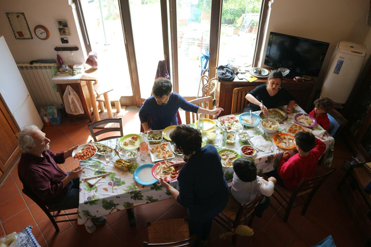 食卓を囲むイタリア人家族