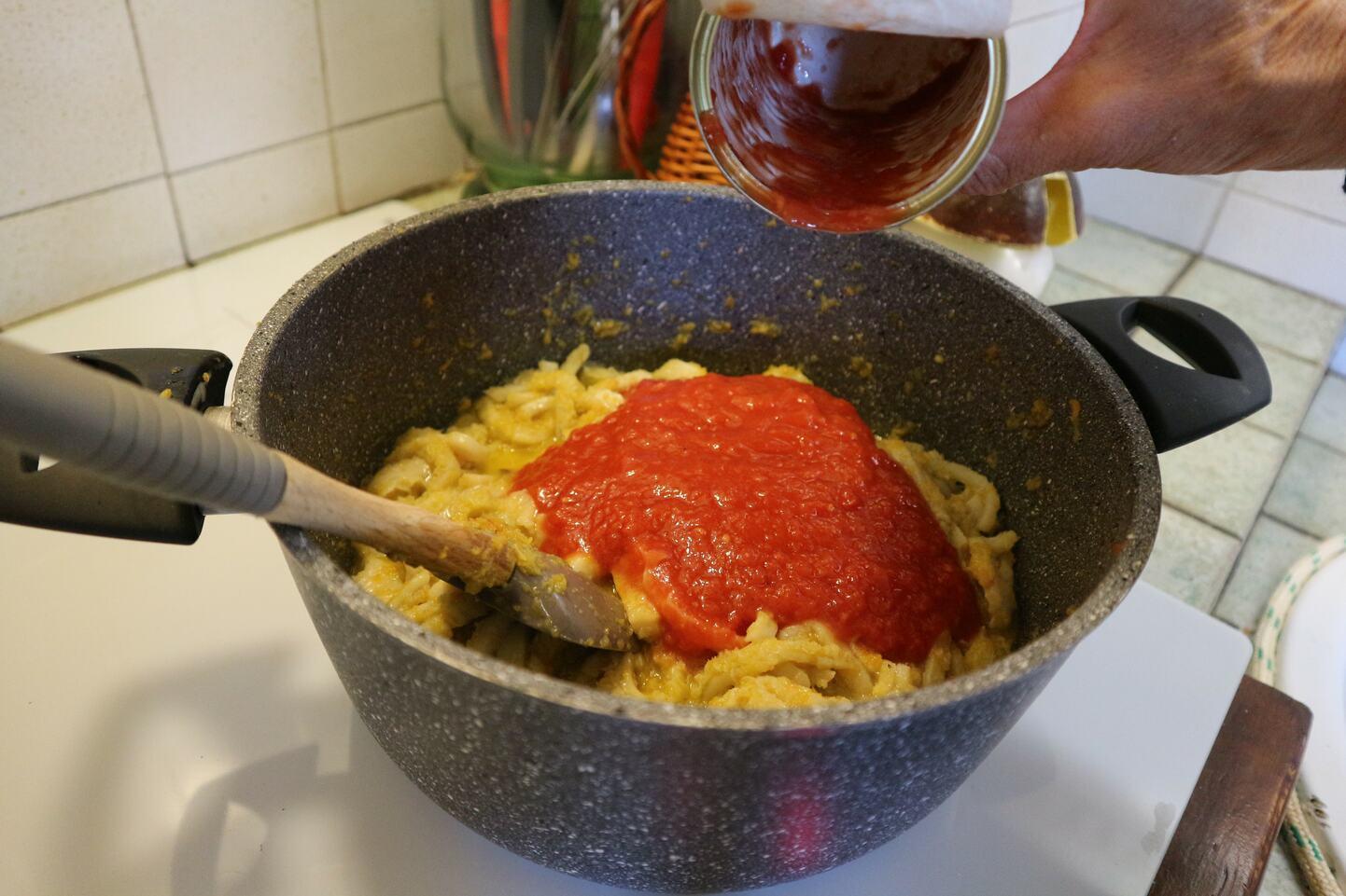 トマト缶と塩こしょうを加えたトリッパ