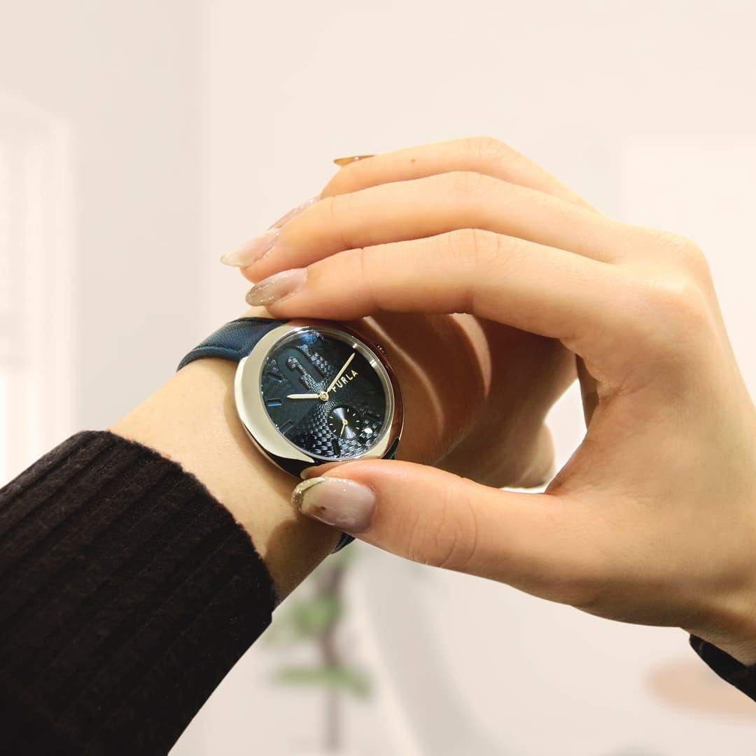 青い腕時計をつけた姿