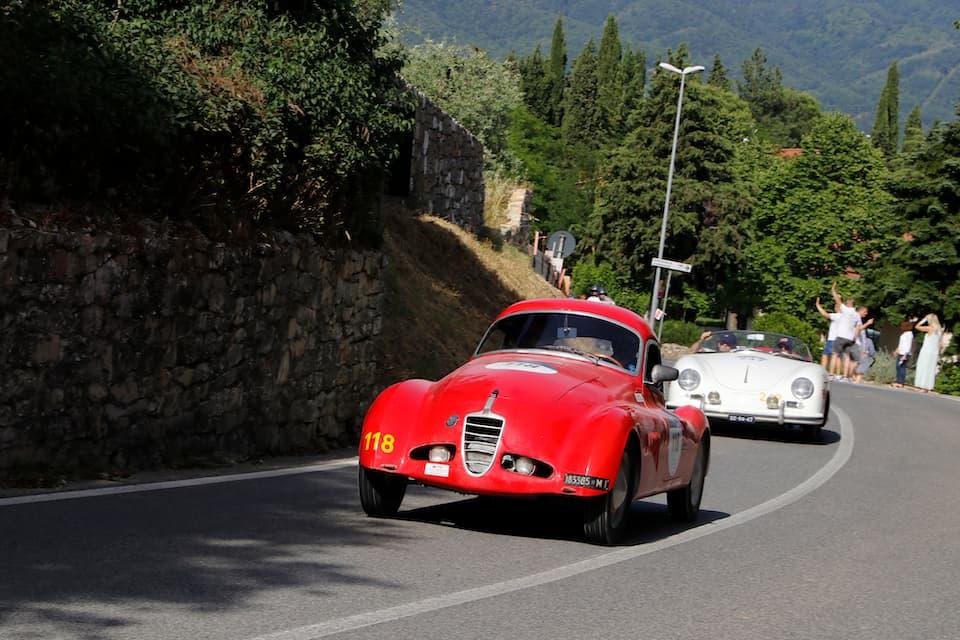 個性的なボディをまとったシアタ508C 1100 ベルリネッタ ヴィオッティ(1940年)を、ポルシェ356が追います