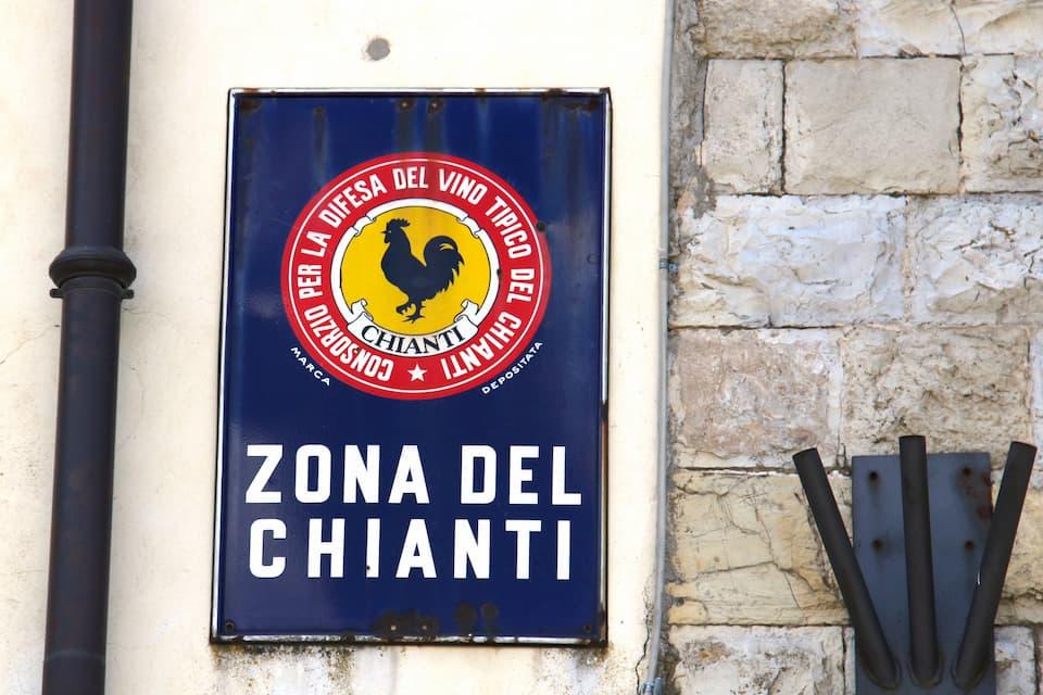 一帯はイタリアン・ワインの最高等級「DOCG」に指定されているキャンティ・クラシコの産地です。村の塀にはシンボルのガッロ・ネロ(黒い雄鶏)を描いた看板が