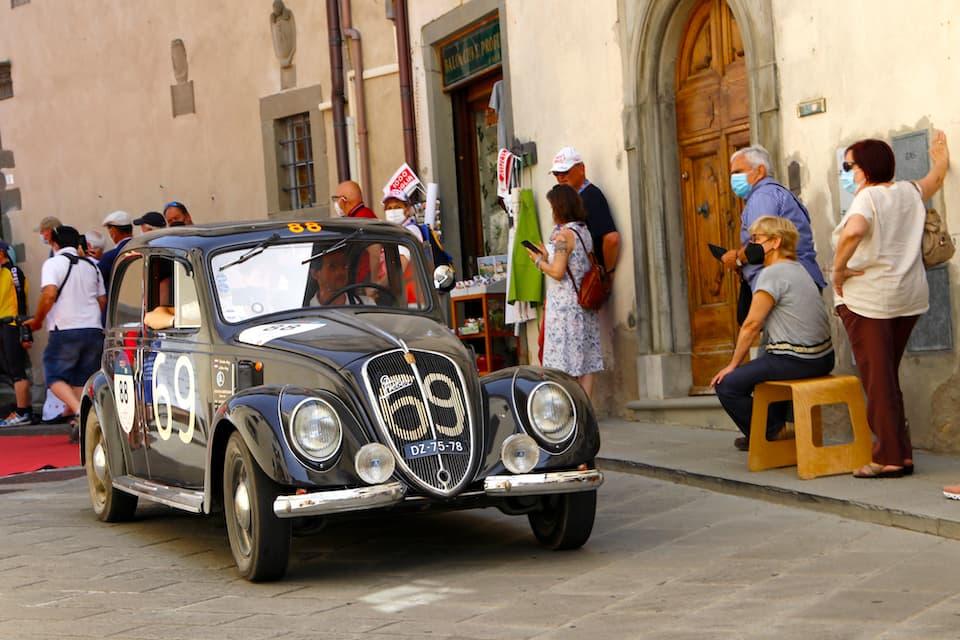 フィアット6C 1500 ベルリーナ(1936年)。ラジエターグリルに記されたカーナンバーは、1937年開催の第11回ミッレミリアに出場したときのものです