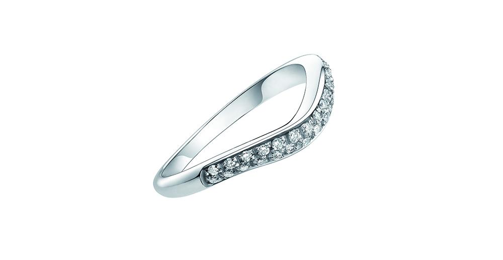 ダイアモンドをはめ込み、うねった形がする指輪