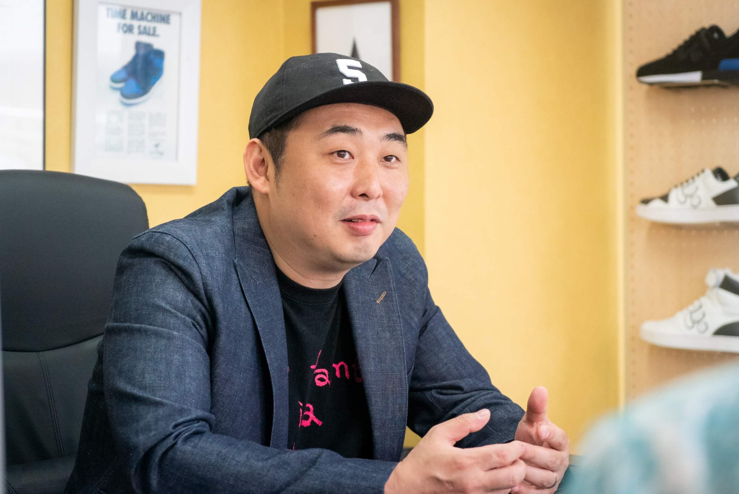 インタビューを受けるvia SANGACIOのデザイン兼オーナーの前田一輝氏