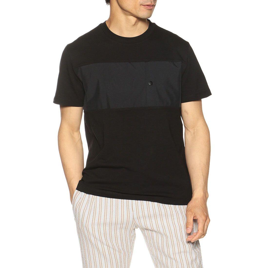 ダークグレイ縞1本のある黒いTシャツ