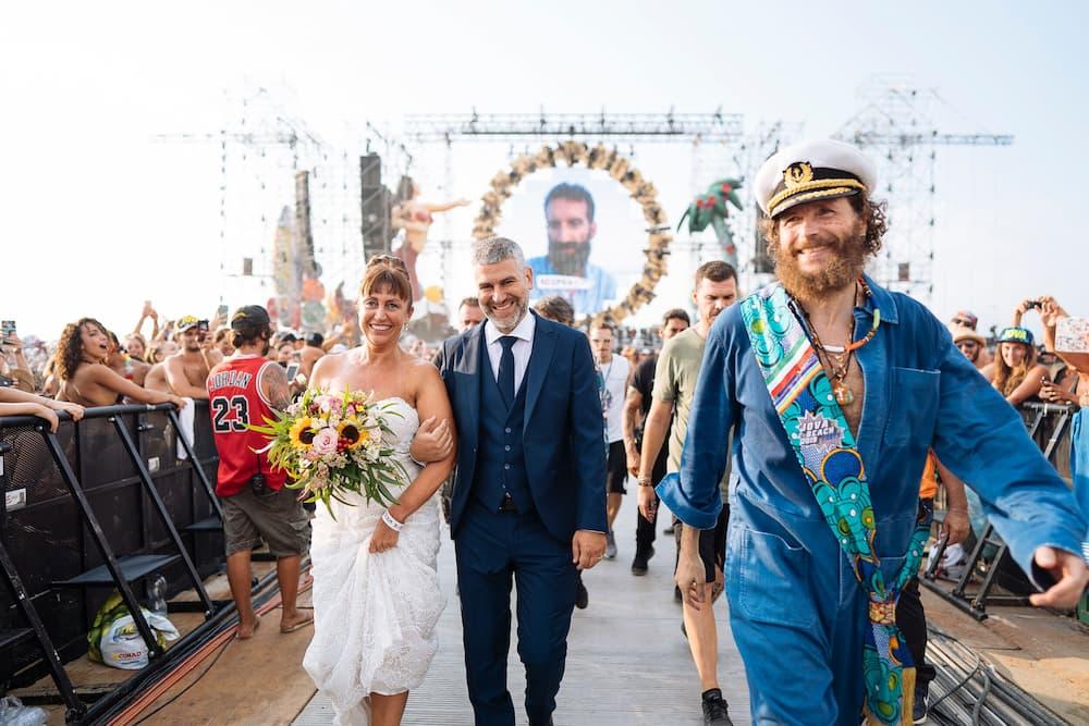 自身が企画したJova Beach Partyで結婚式の神父役を務めるジョヴァノッティ(右)