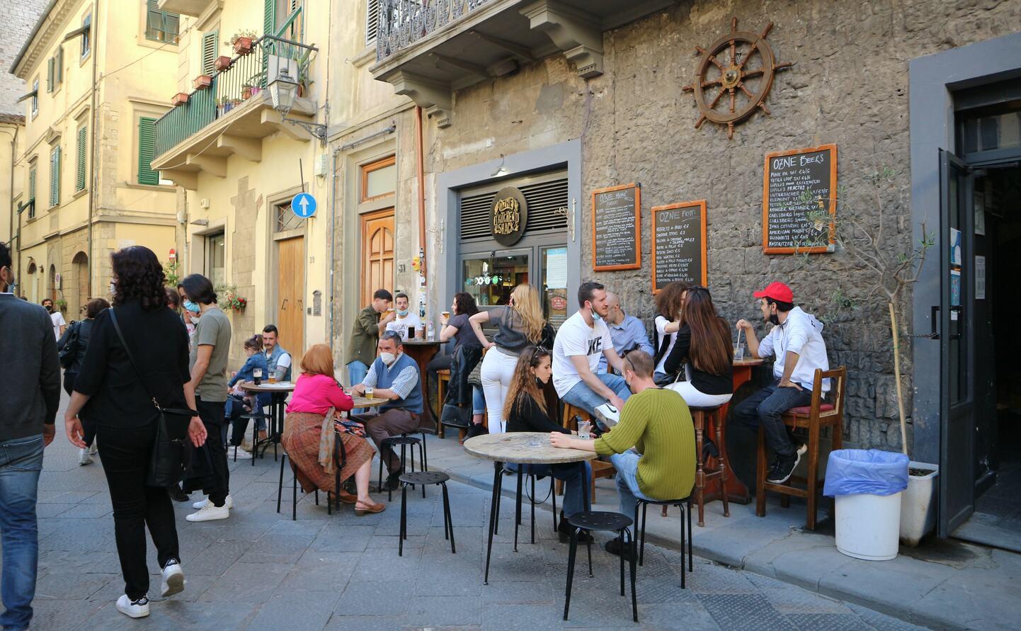 バールなどで飲食を楽しむ人々、プラートで撮影
