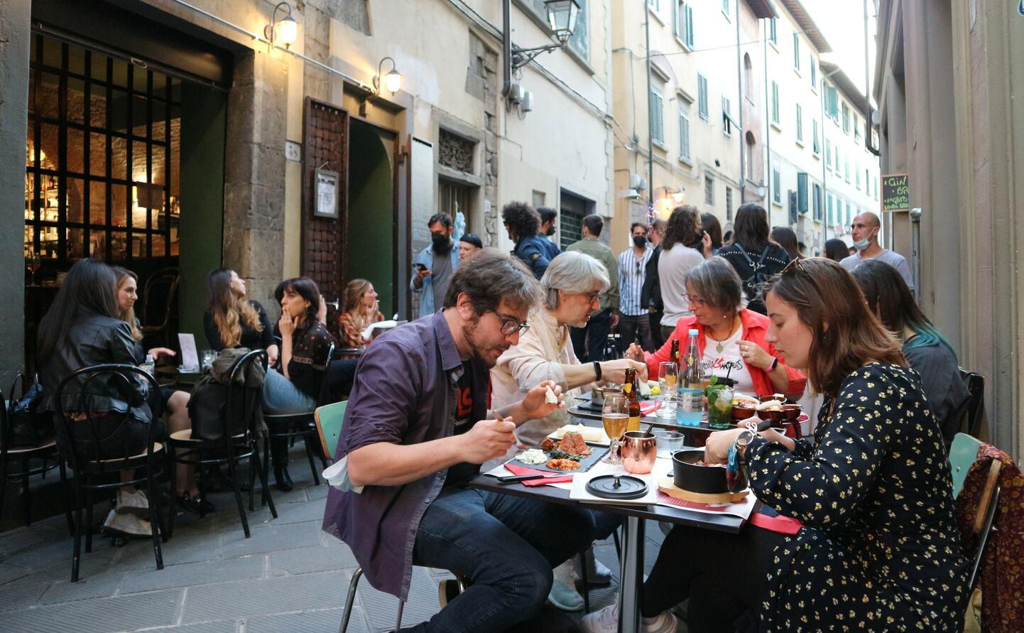 営業が再開されたレストランで食事を楽しむ人々、プラートで撮影