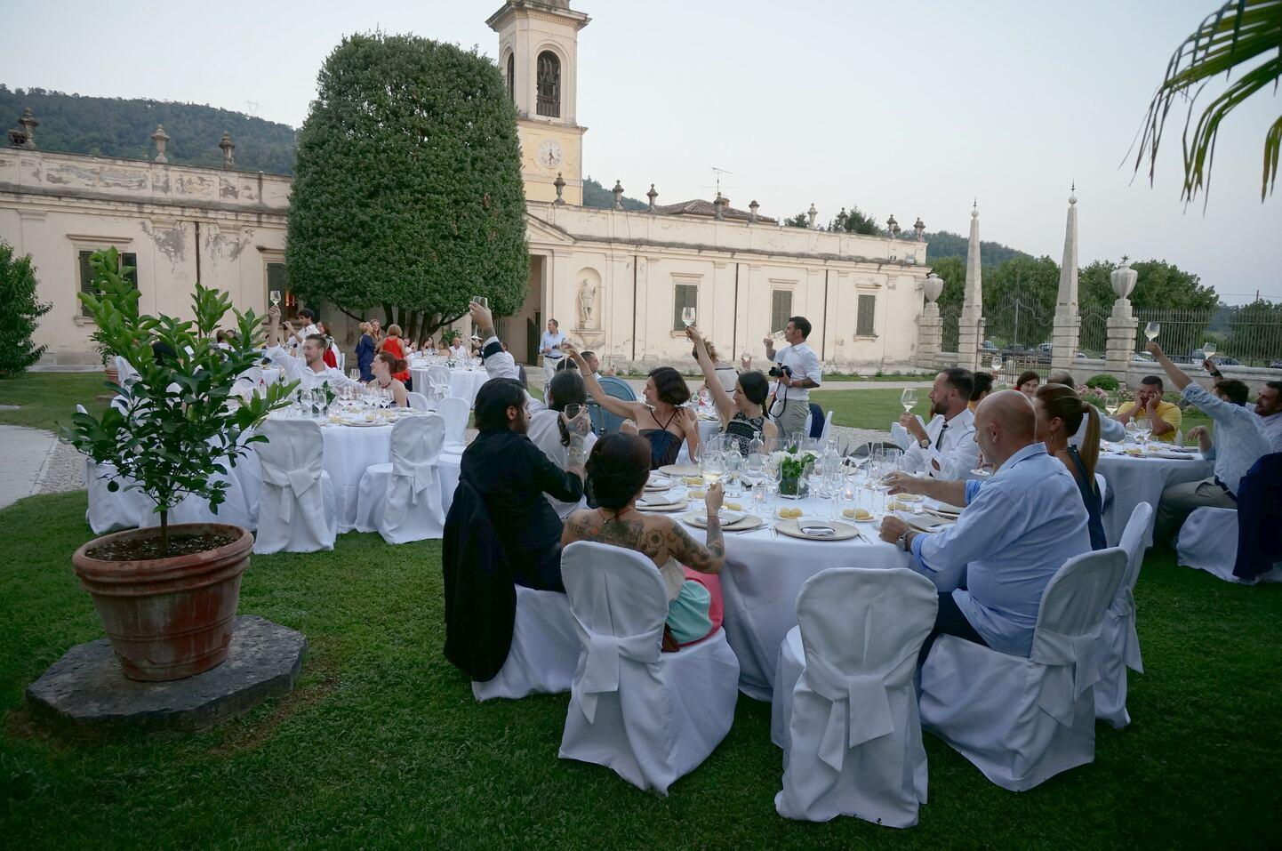 結婚式会場内に座る参列者