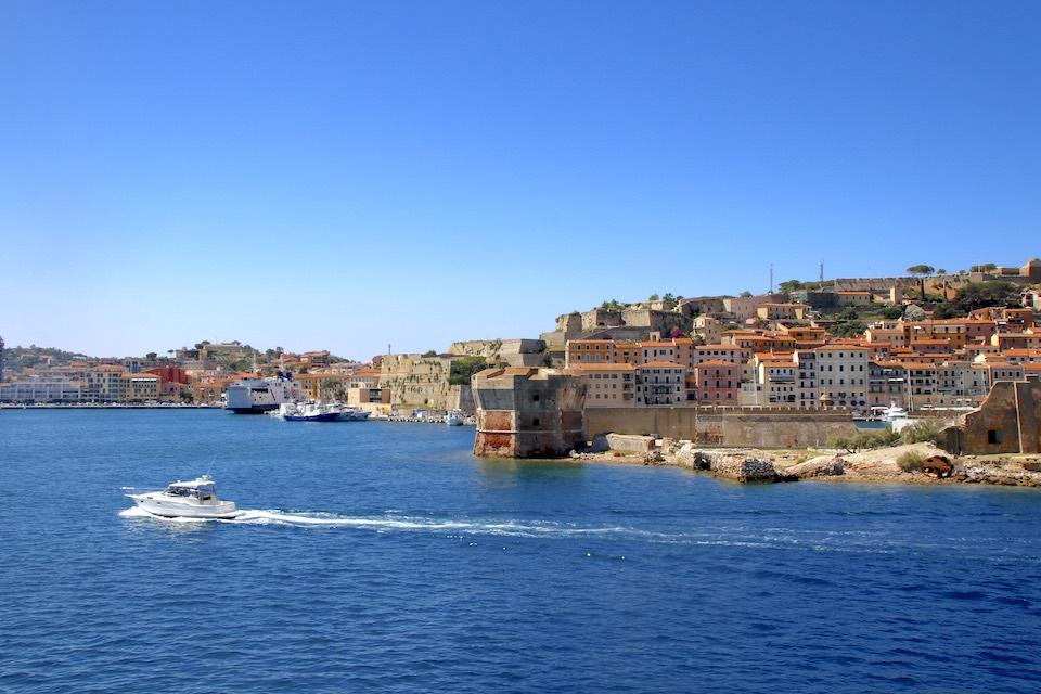 フランス皇帝を退位したナポレオンが追放されたエルバ島。1814年の5月、島の玄関口ポルトフェッライオに辿り着きますが、約10ヶ月後に脱出に成功しています。(写真:Mari OYA)