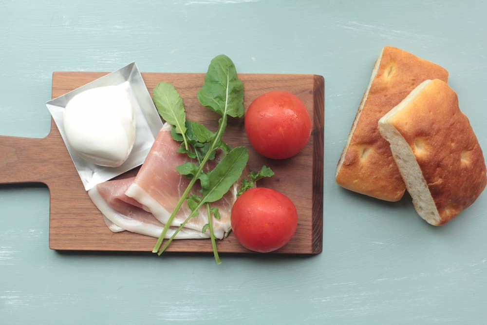 モッツァレラチーズ、生ハム、ルッコラのパニーノの材料