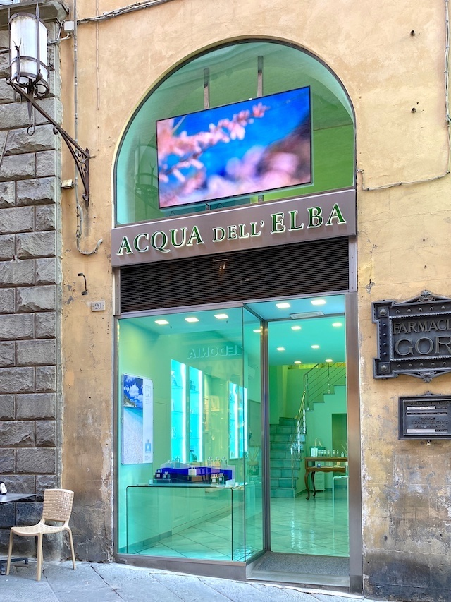 アクア・デル・エルバのシエナ店。内装はブランドのイメージカラーであるエメラルドグリーンで統一されています。(写真:Mari OYA)