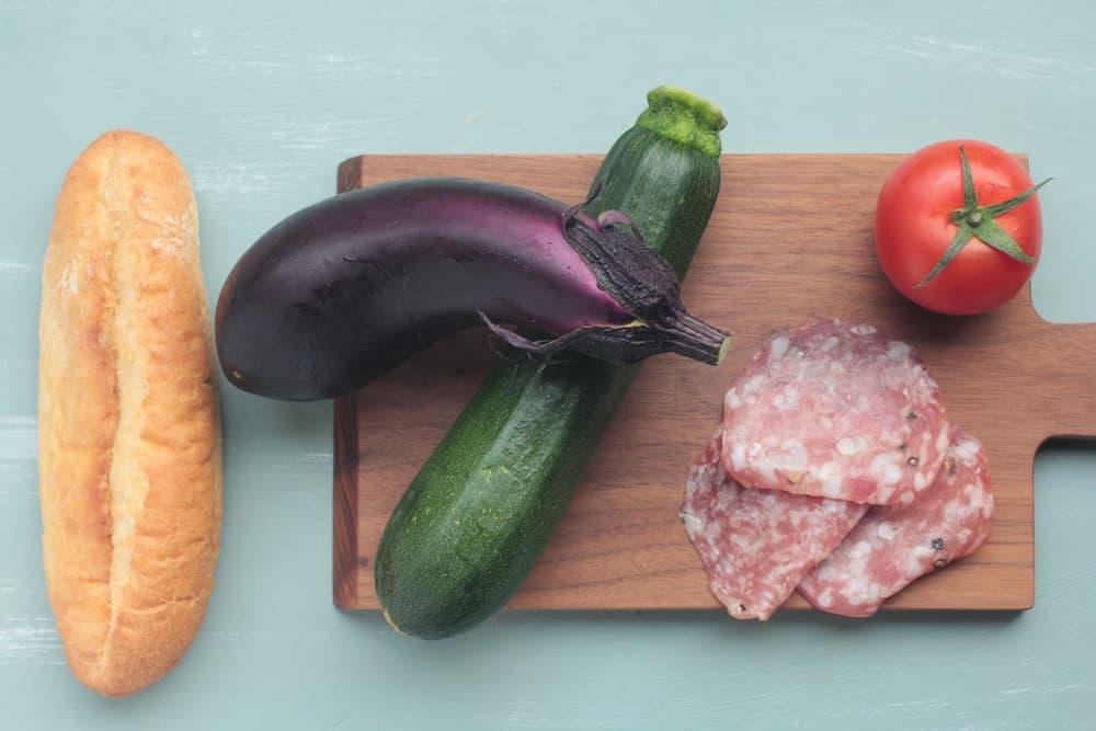 なす、ズッキーニ、トマト、サラミのパニーノの材料