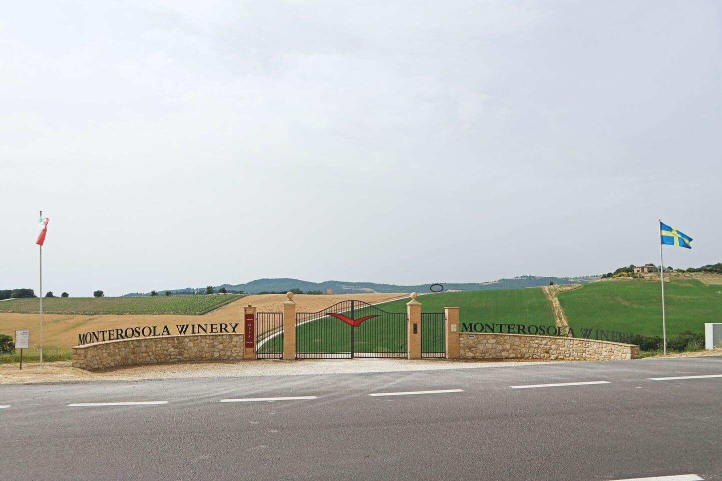 美しいトスカーナの田舎風景の中にあるモンテロソラ・ワイナリーの入り口