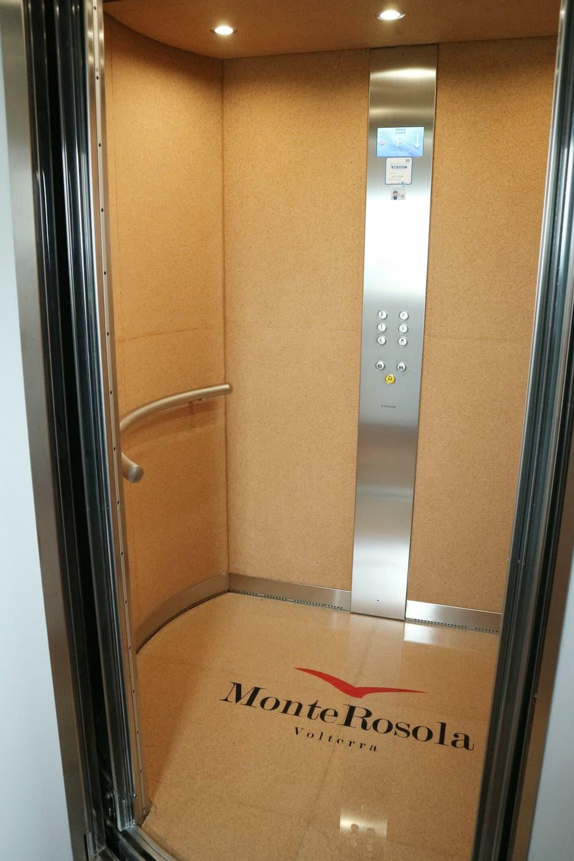 ワインボトルのコルク栓をイメージしたエレベーター